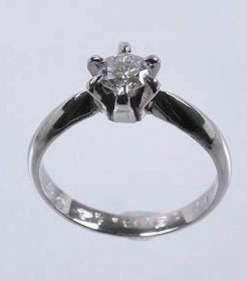 お母様から頂いたダイヤ立爪リングを婚約者へ