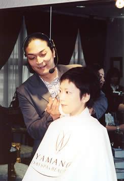 2003年5月18日 AKIRA氏を招きメイクアップセミナーを開催